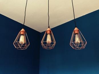 Königsblaue Wand / Kupferlampen